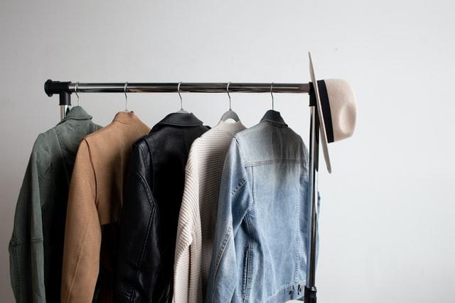 vaatteiden karsiminen muutossa